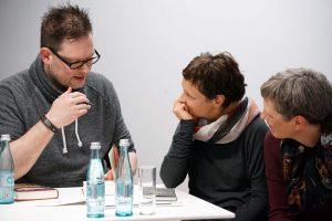 Intensive Gespräche mit Gästen beim Signieren